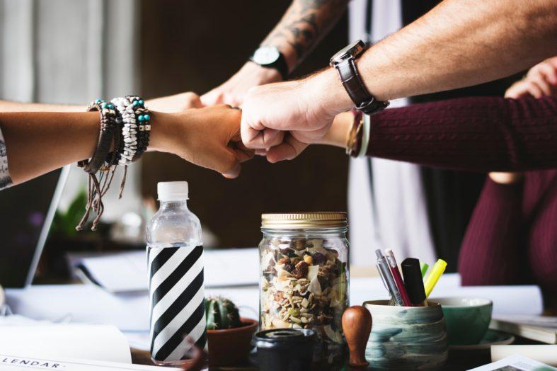 Samoorganizacja pracowników zamiast hierarchii wewnętrznej w firmie. Taka organizacja pracy często skuteczniejsza niż tradycyjne zarządzanie