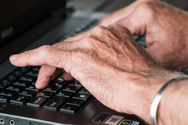 Dlaczego warto zatrudnić seniora?