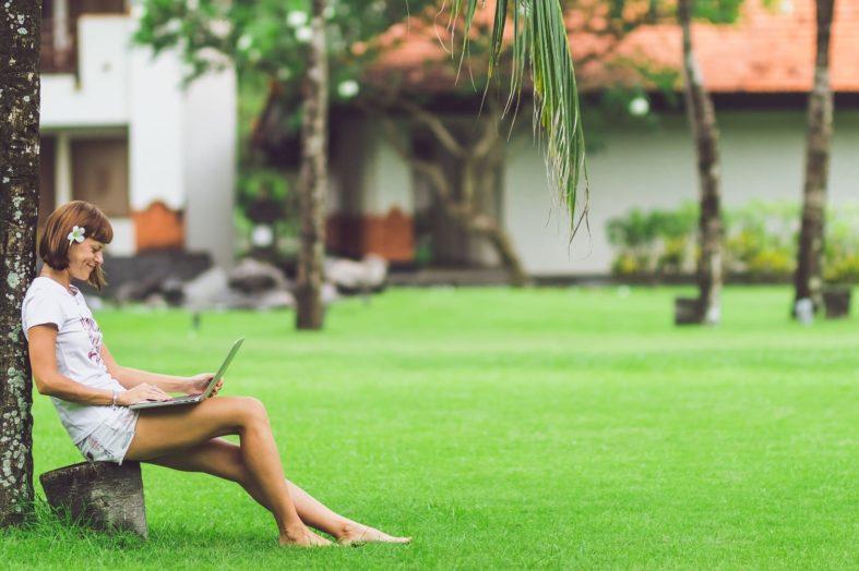 Praca w czasie urlopów i po godzinach – w jakich branżach jest najgorzej, a w jakich najlepiej?