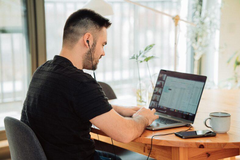 39% zarządzających nie ufa pracownikom podczas pracy zdalnej