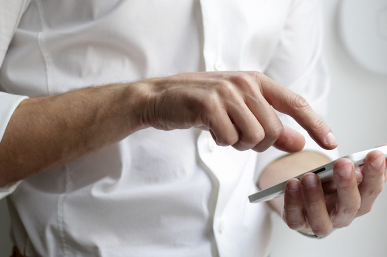 Cyfrowy pomocnik na wyciągnięcie ręki, czyli jak wykorzystać smartfon do nauki języka