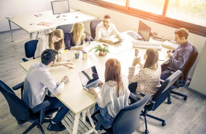 Zarządzający: spotkania bywają stratą czasu, zwiększajmy ich efektywność
